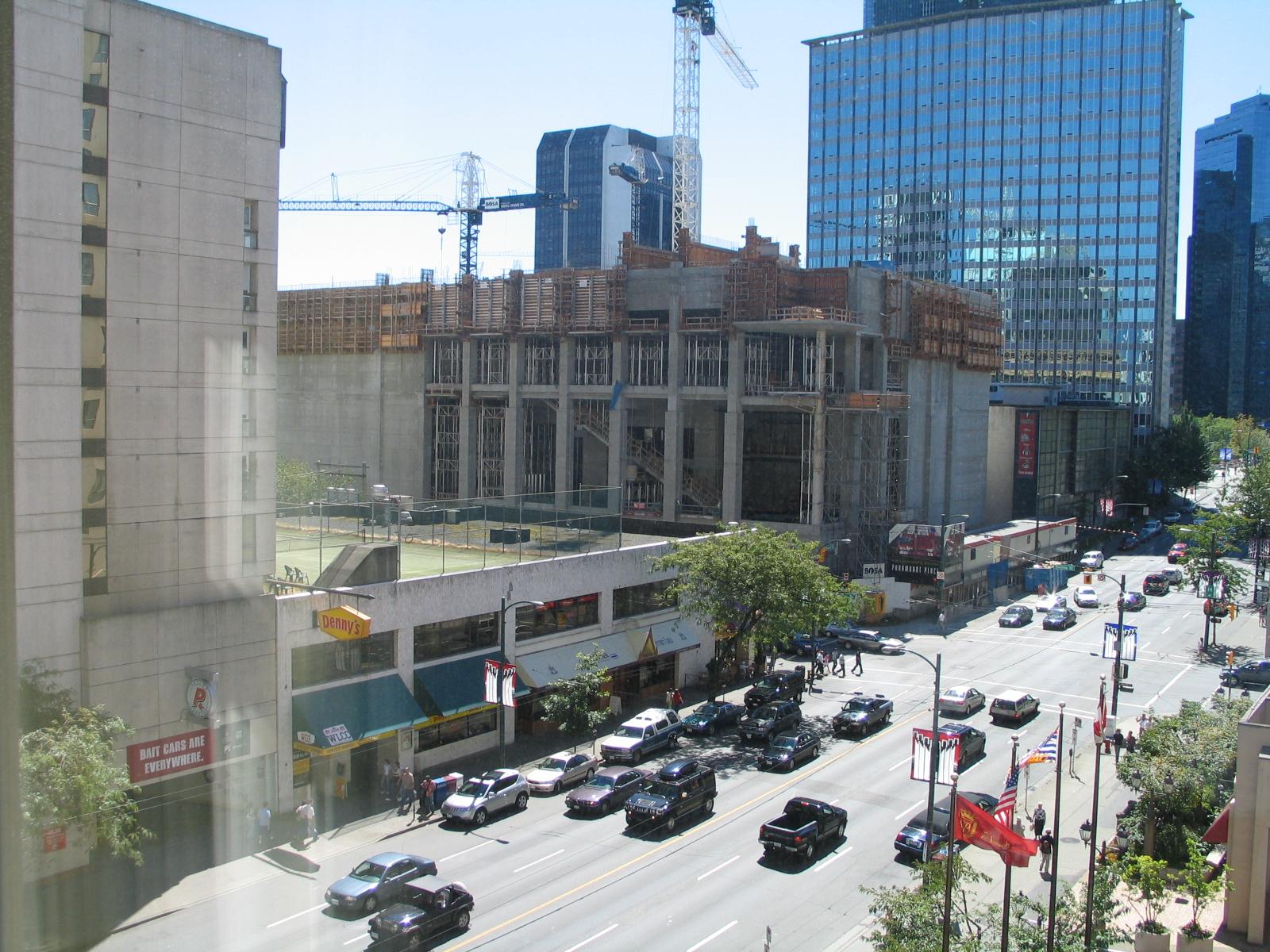 サットンプレイスホテルバンクーバー521号室から見た景色です。見える道路はバラードストリートです。