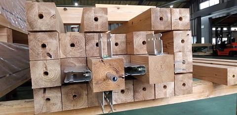 木造大型パネルに使用する杉一等材の柱です。4面薄背割りを入れて、乾燥後に薄背割りを削り落としました。寸法精度と内部割れの問題への対応です。