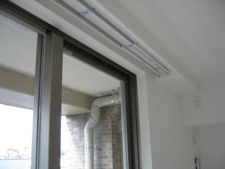 クロス巻き込みの窓枠です。新築時はきれいですが、結露にとても弱く、日光で可塑剤が蒸発してクロスが縮むと下地の合板が見えてみすぼらしくなりますので避けてください。