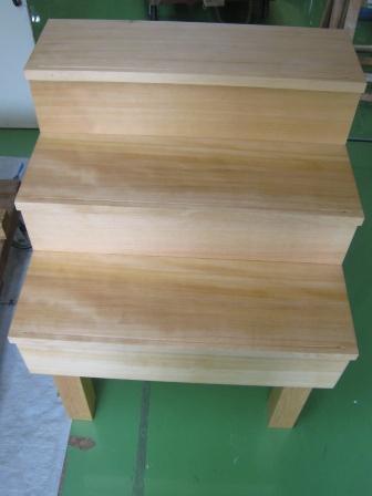 カナダツガ無垢材でつくった柾目階段材です。幅280mmの柾目材で作った階段材は他に例を見ない存在感があります。
