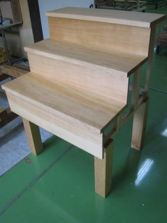 カナダツガ無垢材でつくった柾目階段材です。カナダツガ・パートナー協会さんのブースでお待ちしています。