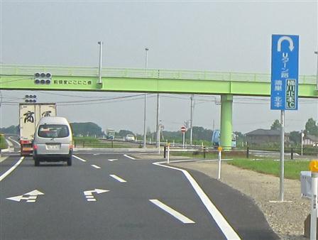桶川北本IC料金所を出たら、最初のUターン路をUターンしてください。「鴻巣・北本方面」の案内標識に従ってください
