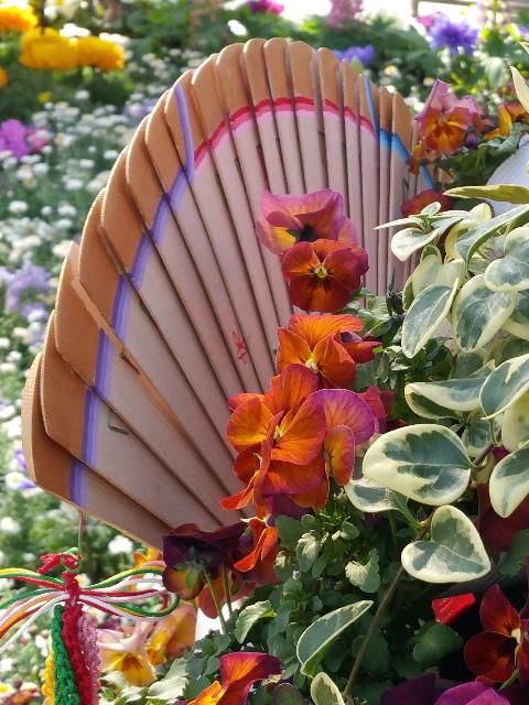 鴻巣びっくりひな祭り パンジーハウス会場 ひな人形花飾りです。カナダツガで作った扇には表だけでなく、裏側にも綺麗に装飾が描かれています。