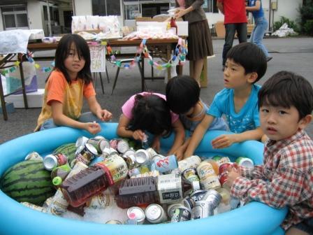 プールに入った飲み物は子どもたちに大人気。