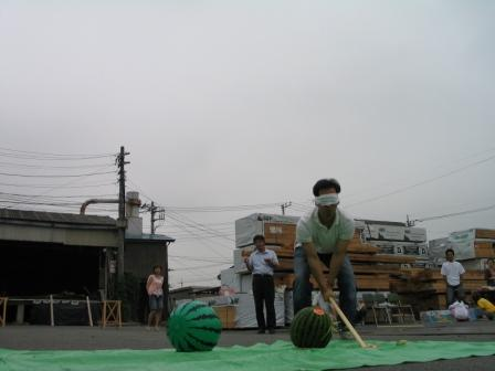 スイカ割り二人目、小早川くん スイカにちょっと当たる。