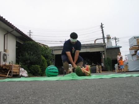 スイカ割り三人目、岡崎主任 大成功!お見事!