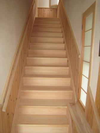 食品と暮らしの安全様新事務所の階段です。すべて桧の無垢材、一枚板です。
