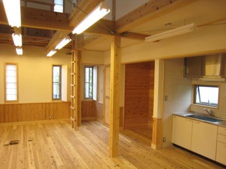 食品と暮らしの安全様新事務所の内部です。床、柱ともに杉材を使用しています。