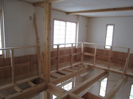 食品と暮らしの安全様新事務所の内部です。手すり、窓枠にも杉材を使用しています。