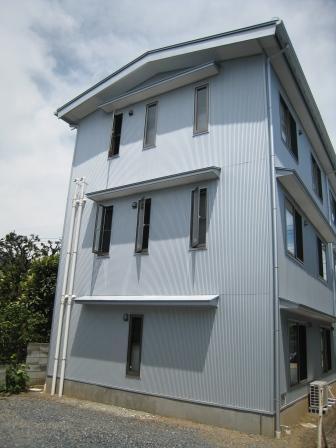 食品と暮らしの安全様新事務所全景です。外装にガルバリウム鋼板が使われているので木造建築には見えにくいですが、木造3階建てです。